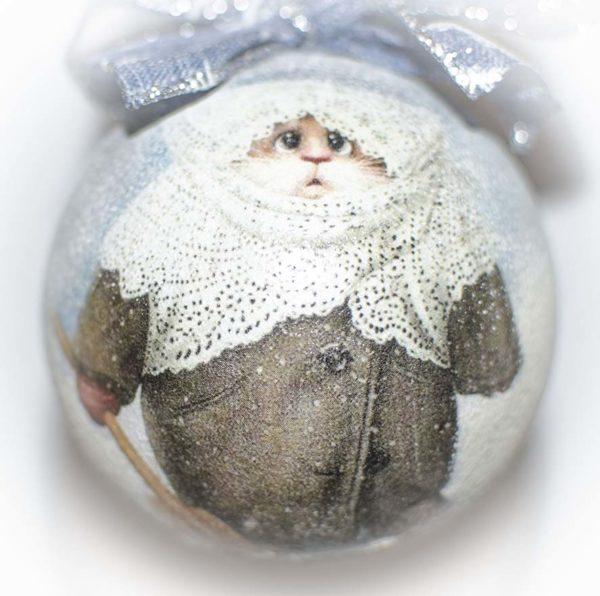 елочный шар зимний кот с лопатой